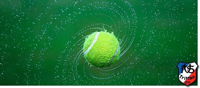 Fliegender Tennisball im Grün des TSV Trittau.