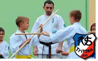 Übungsleiter bei der Aufsicht einer Jungend-Kampfsportgruppe Sportverein Trittau